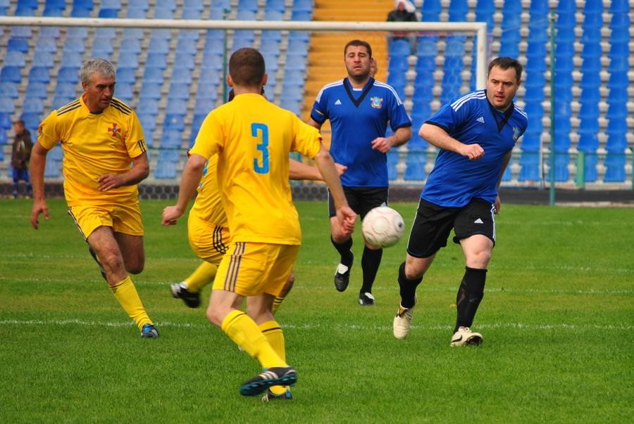 Футбольный матч между горожанами и военнослужащими