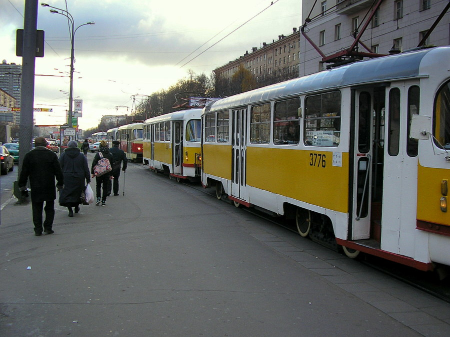 Из Николаева в Москву и обратно. Трамваи в очереди к остановке